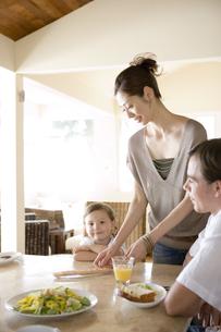 ダイニングで朝食を食べる家族の写真素材 [FYI04037823]