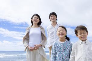 青空と家族の写真素材 [FYI04037860]