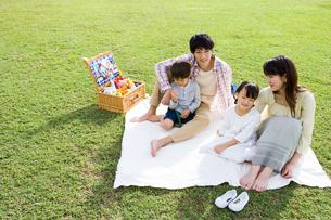 ピクニックをする家族の写真素材 [FYI04037863]