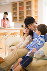 リビングでくつろぐ家族の写真素材 [FYI04037878]