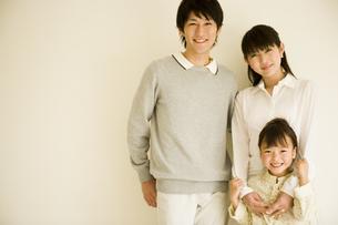 3人家族のポートレートの写真素材 [FYI04037888]