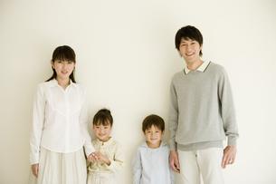 4人家族のポートレートの写真素材 [FYI04037894]