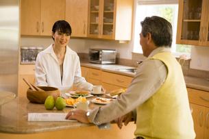 朝食を食べる50代夫婦の写真素材 [FYI04037925]