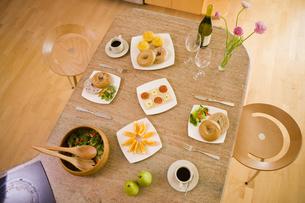 朝食が並ぶ食卓の写真素材 [FYI04037928]