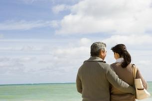 海辺に立つ50代夫婦の後姿の写真素材 [FYI04037962]