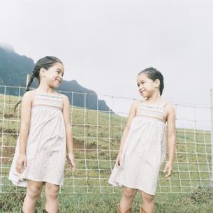 双子の女の子の写真素材 [FYI04037983]