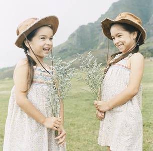 帽子をかぶった双子の女の子の写真素材 [FYI04037993]