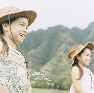 帽子をかぶった双子の女の子の写真素材 [FYI04037995]