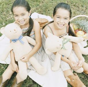 クマのぬいぐるみと双子の女の子の写真素材 [FYI04037996]