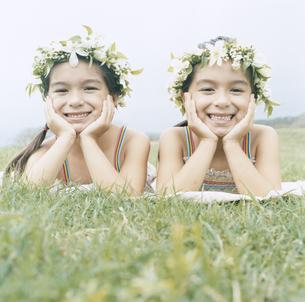 花の冠をつけた双子の女の子の写真素材 [FYI04037998]