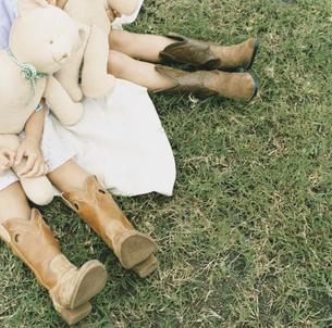 クマのぬいぐるみと子供の足の写真素材 [FYI04038001]