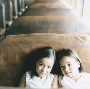 バスに乗っている双子の女の子の写真素材 [FYI04038002]