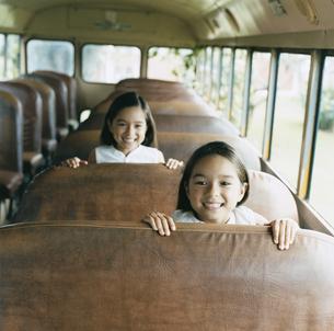 バスに乗っている双子の女の子の写真素材 [FYI04038004]