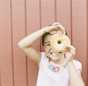 ドーナツを持っている女の子の写真素材 [FYI04038006]
