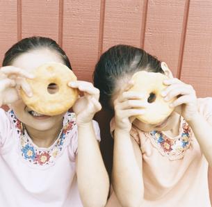 ドーナツを持っている女の子2人の写真素材 [FYI04038008]