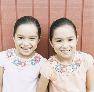 双子の女の子の写真素材 [FYI04038010]