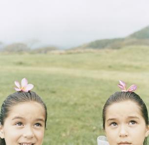 頭に花をのせている双子の女の子の写真素材 [FYI04038017]