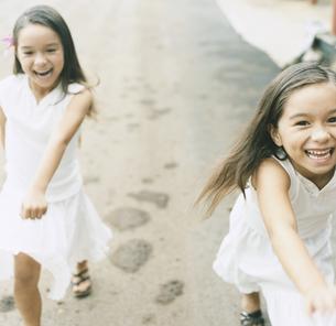 双子の女の子の写真素材 [FYI04038018]