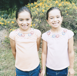 双子の女の子の写真素材 [FYI04038021]
