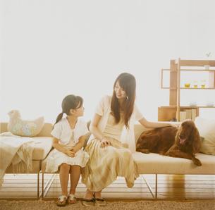 ソファに座る女の子とお母さんの写真素材 [FYI04038028]