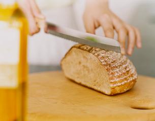 パンを切る手元の写真素材 [FYI04038039]
