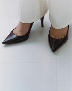 パンプスを履いた女性の足元の写真素材 [FYI04038044]