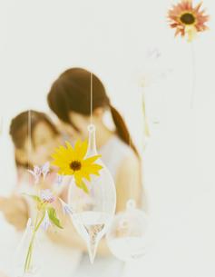 お母さんと女の子の写真素材 [FYI04038064]