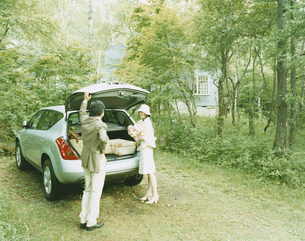 車に荷物を積み込む男性と女性の写真素材 [FYI04038075]
