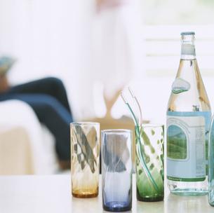 グラスとビンに入った水の写真素材 [FYI04038079]