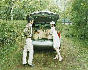 車に荷物を積み込む男性と女性の写真素材 [FYI04038080]