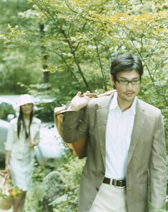 荷物を運ぶ男性と女性の写真素材 [FYI04038081]