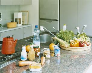 システムキッチンと食材の写真素材 [FYI04038084]