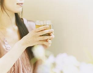 ティーカップを持つ女性の手元の写真素材 [FYI04038089]