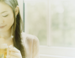 ティーカップを持つ女性の写真素材 [FYI04038090]