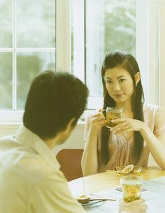 お茶を飲む男性と女性の写真素材 [FYI04038091]