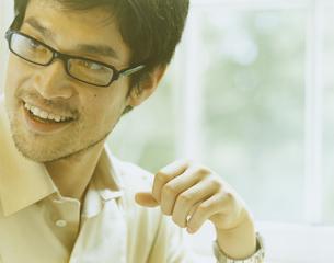 めがねを掛けた男性の写真素材 [FYI04038092]
