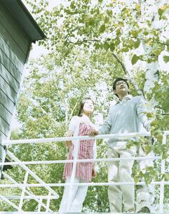 テラスに立つ男性と女性の写真素材 [FYI04038093]