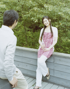 テラスに立つ男性と女性の写真素材 [FYI04038095]