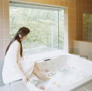 バスタブに足を浸す女性の写真素材 [FYI04038099]