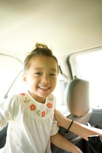 車中の笑顔の女の子の写真素材 [FYI04038102]
