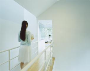 廊下を歩く女性の写真素材 [FYI04038104]