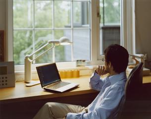 パソコンに向かう男性の写真素材 [FYI04038105]
