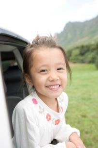 笑顔の女の子と車の写真素材 [FYI04038111]