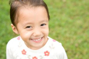 笑顔の女の子の写真素材 [FYI04038114]