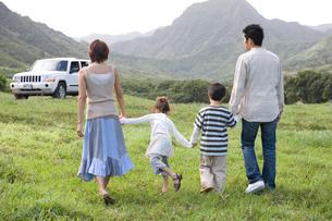 家族の後姿と車の写真素材 [FYI04038123]