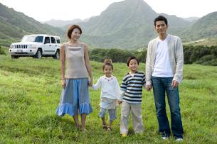屋外に立つ日本人家族と車の写真素材 [FYI04038124]