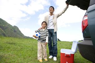父と男の子と車の写真素材 [FYI04038129]