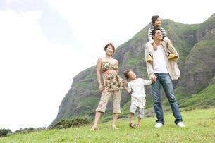 屋外に立つ日本人家族の写真素材 [FYI04038130]