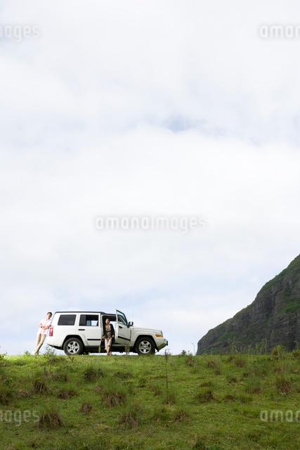 日本人男女と車の写真素材 [FYI04038144]