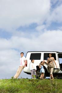 日本人家族と車の写真素材 [FYI04038148]